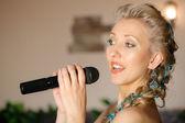 Bella bionda cantante — Foto Stock