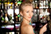 Belle blonde femme debout dans un bar comptoir — Photo