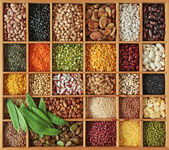 Peas, beans und lentils in wooden box — Stockfoto