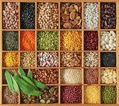 Erbsen, bohnen und linsen in holzkiste — Stockfoto