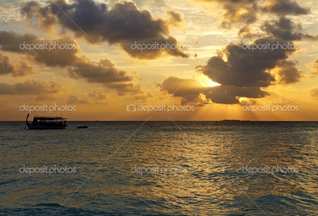 Boat against beautiful sunset in the sea — Stock Photo #9840296