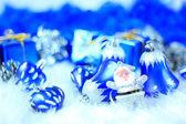 Sváteční dekorace s dárkové krabičky na sněhu — Stock fotografie