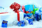 Cajas de regalo de Navidad con adornos navideños — Foto de Stock