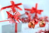 Färgglada presentförpackning med julpynt — Stockfoto