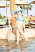Beautiful woman in hat near the swim pool — Foto Stock