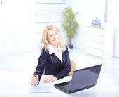 Onun laptop bir ofis ortamında çalışan bir güzel kadın portresi — Stok fotoğraf