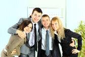 Genç iş adamı ve iş kadını ofiste mutlu gülümseyen iş takım — Stok fotoğraf