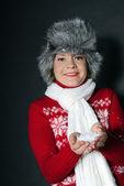 La giovane e bella ragazza in un berretto di pelliccia ha controllo sulla neve — Foto Stock