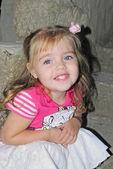 La petite fille joyeuse belle sur une échelle — Photo