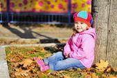 La petite fille se trouve près d'un arbre en automne parc — Photo