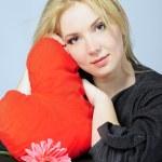 mooi meisje blonde met rood hart in hand — Stockfoto #8573190