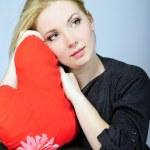 krásná dívka blondýna s červeným srdcem v ruce — Stock fotografie