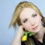 Portrait of the young beautiful girl with æåëòûì by tulip — Stock Photo #8573601