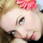 portrét krásná mladá dívka s květinou — Stock fotografie
