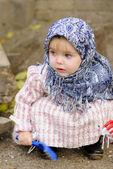 La petite fille dans un mouchoir bleu foncé fois sable — Photo
