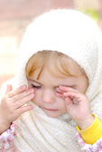 Beyaz kaşkollu küçük güzel kız portresi — Stok fotoğraf