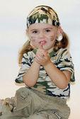 Małe piękna dziewczyna w wojskowych tkaniny — Zdjęcie stockowe
