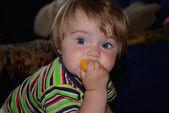 Hermosa niña come durazno — Foto de Stock