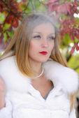 La hermosa joven con un cigarro — Foto de Stock