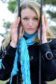 A jovem garota bonita por trás de uma treliça — Foto Stock