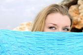 Modré oči krásné dívky za tmavě modrý šátek — Stock fotografie