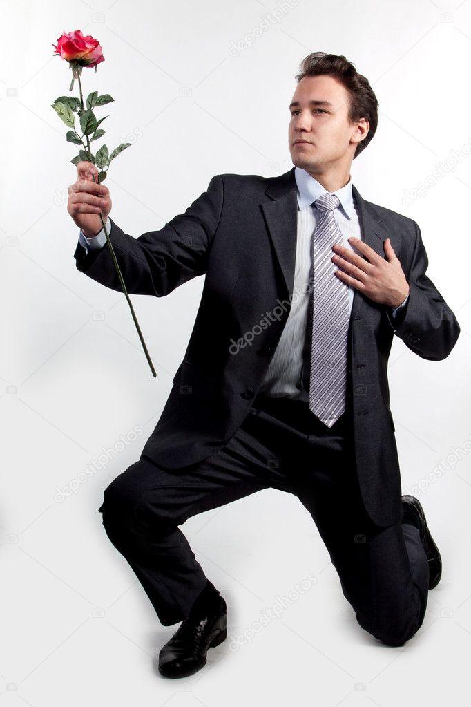Мужчина на коленях с цветами