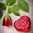 Royalty-Free Stock Photo: Rose und Schokoladenherz am Valentinstag