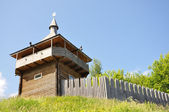 Modern reconstruction of the watchtower and wooden ramparts of the fortress — Stock Photo