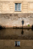 Fenêtre dans la maison du canal à prague avec réflexion — Photo
