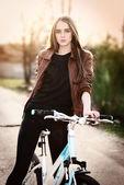 Açık bir parkta bisiklet ile genç ve güzel kadın portresi — Stok fotoğraf