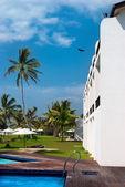 отель с бассейном в тропиках — Стоковое фото