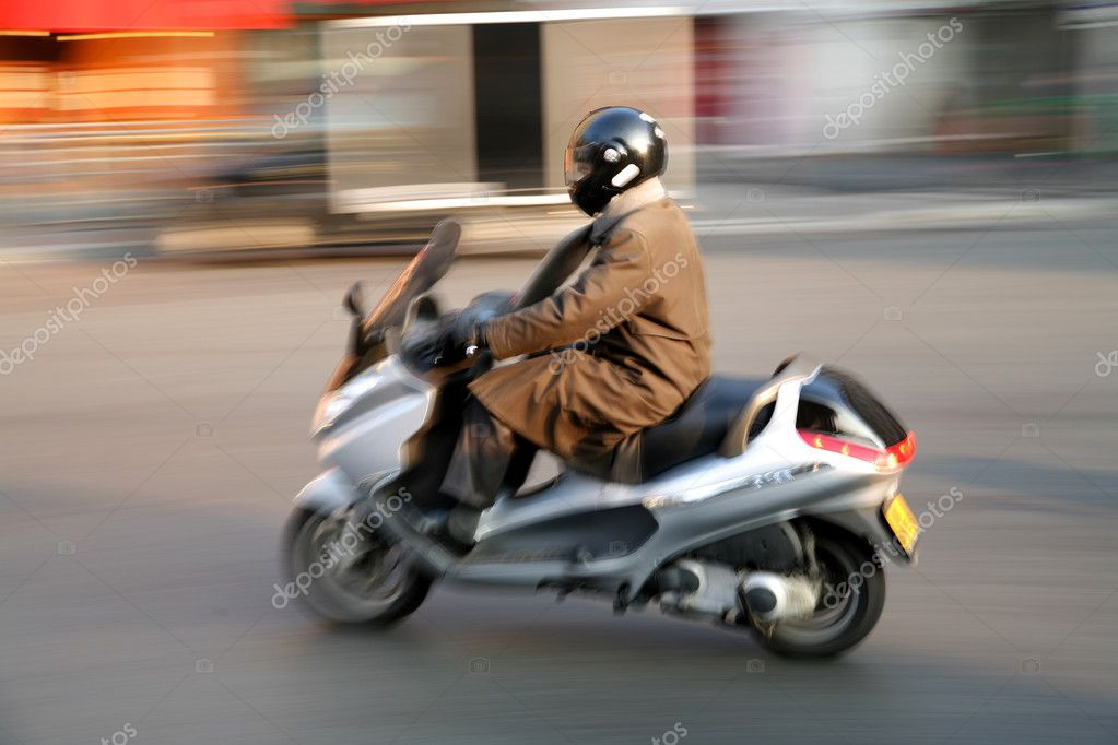 Traffic in paris shot  with low shutter speed (panning) — Stock Photo #8318651