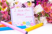 Szczęśliwą matką dzień karta wśród kwiatów — Zdjęcie stockowe