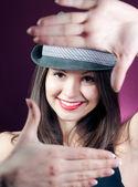 Giovane bella donna che indossa il cappello elegante — Foto Stock