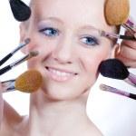 Junge Frau mit Make-up Pinsel — Stockfoto