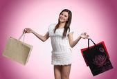 買い物袋を持つ美しい少女 — ストック写真