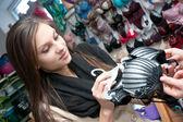 Hermosa joven compra un sujetador — Foto de Stock