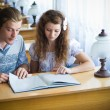 Two students in library — Stock Photo