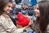 Dwie piękne dziewczyny w sklep z odzieżą — Zdjęcie stockowe