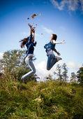 Due ragazze di alto salto eccitato — Foto Stock