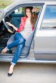Linda menina no carro — Fotografia Stock