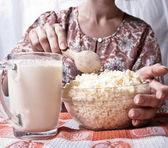 Mujer comiendo saludable cuajada — Foto de Stock