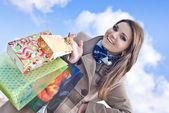 買い物袋との幸せな女 — ストック写真