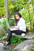 ノート パソコンの距離学習の若い女性 — ストック写真