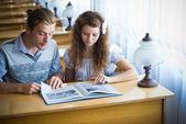 Två studenter i biblioteket — Stockfoto