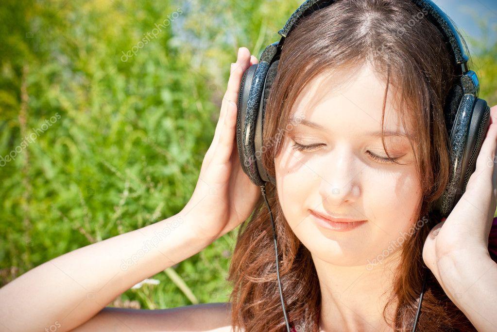 Девушка, слушать музыку в наушниках ...: ru.depositphotos.com/10477694/stock-photo-girl-listening-to-music...