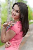 Genç güzel kadın portre park — Stok fotoğraf
