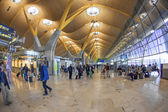 Passengers walk by at the new terminal T4 at Barajas airport on — Stock Photo