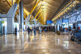Passengers walk by at the new terminal T4 at Barajas airport — Stock Photo