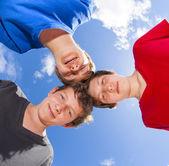 3 人の友人が一緒にスティックします。 — ストック写真